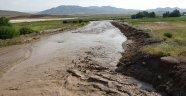 Van'da meydana gelen sel tren yolu ve tarım arazilerine zarar verdi