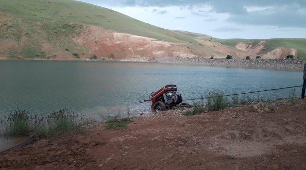 Traktör sulama göletine girdi