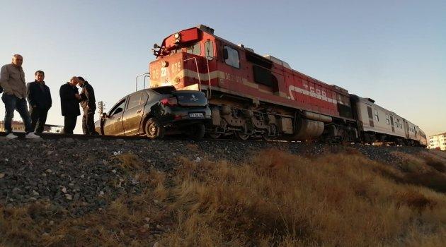 Tren otomobile çarptı: 2 ölü