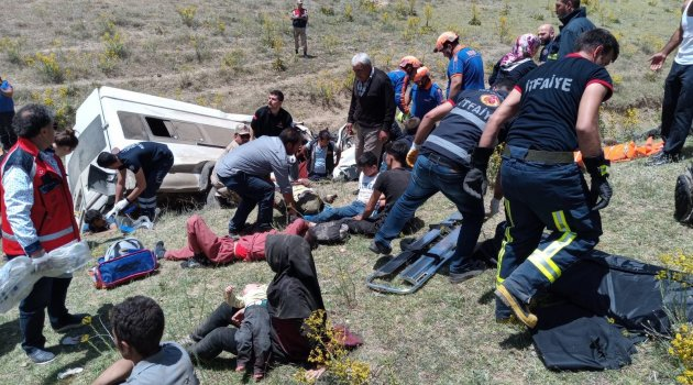 Van'da göçmenleri taşıyan minibüs takla attı: 17 ölü 50 yaralı