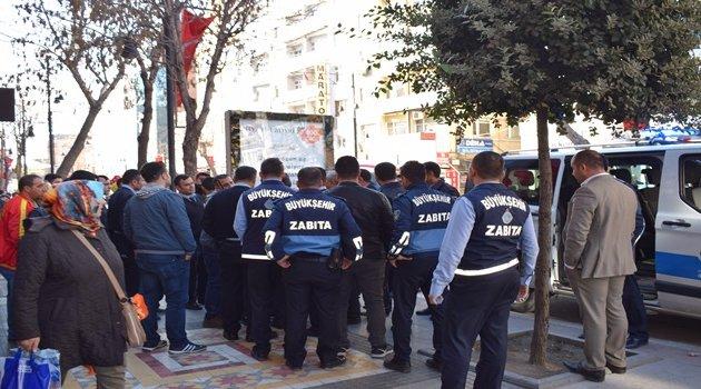 Zabıta seyyar satıcı kavgasını polis zor ayırdı