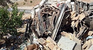 Arı kovanı yüklü kamyon devrildi: 3 ölü