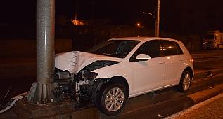 Otomobil yön tabelası direğine çarptı