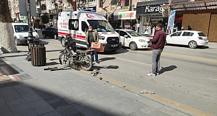 Otomobil ile motosiklet çarpıştı!