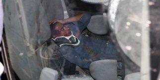 Araçta sıkışan yaralıyı itfaiye kurtardı