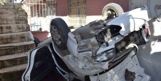 Otomobil apartman boşluğuna uçtu: 3 yaralı