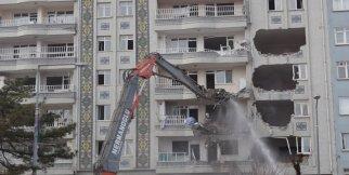 Malatya'da hasarlı binaların yıkımına başlandı