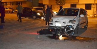 Motosikletiyle otomobilin altına girdi: 1 yaralı