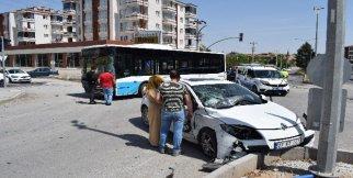 Malatya'da otobüs ile otomobil çarpıştı: 2 yaralı