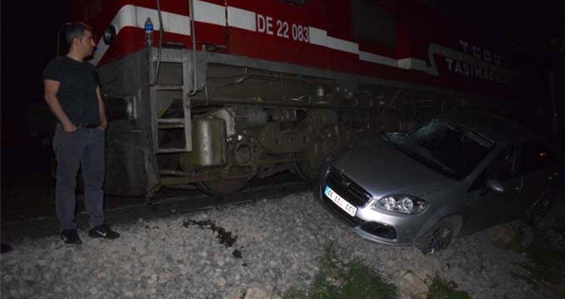 Hemzemin geçitte askıda kalan otomobile tren çarptı